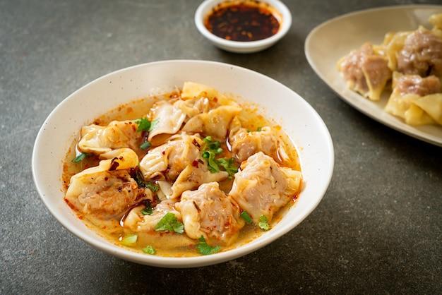 Zuppa di fagottini di maiale o zuppa di gnocchi di maiale con peperoncino arrosto - stile alimentare asiatico