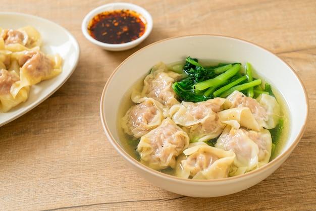 Zuppa di fagottini di maiale o zuppa di gnocchi di maiale con verdure - stile di cibo asiatico