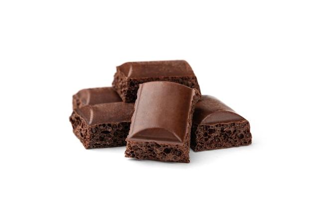 Cioccolato fondente poroso isolato.