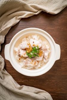 Porridge o zuppa di riso bollito con ciotola di pesce