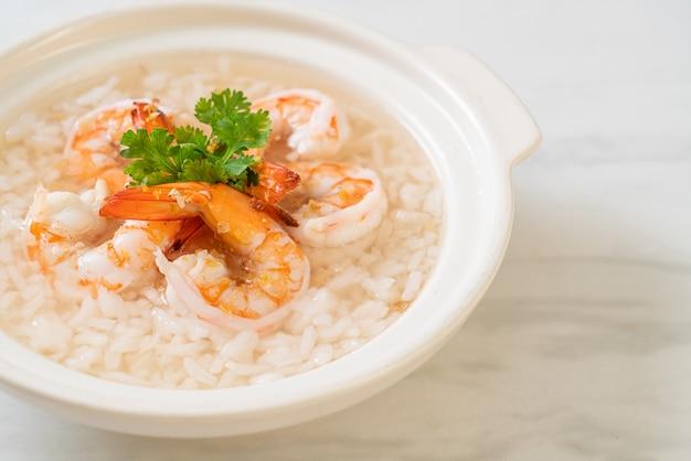 Porridge o zuppa di riso bollito con ciotola di gamberetti