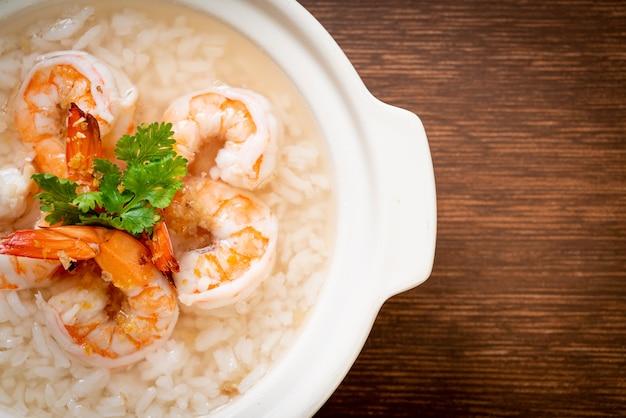Zuppa di porridge o riso bollito con ciotola di gamberetti