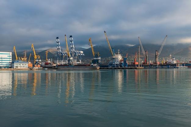 Strutture portuali e meccanismi di un porto marittimo commerciale