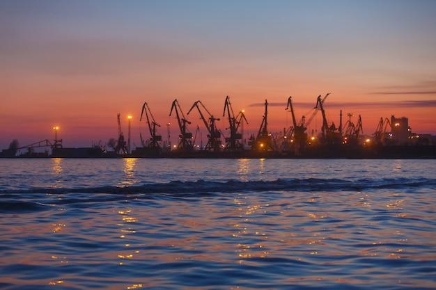 Port termina al tramonto