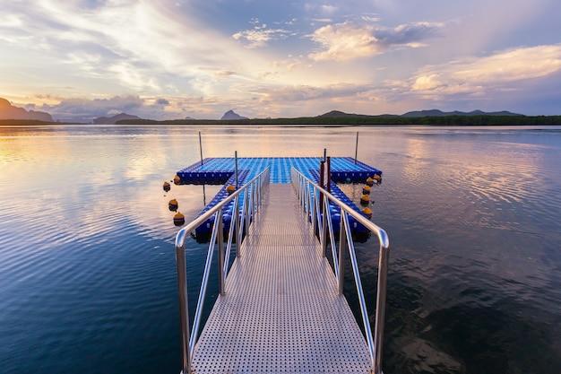 Il porto per il turismo a ban sam chong tai è molto popolare per i fotografi appassionati che vengono qui per catturare all'alba, provincia di phang-nga, thailandia