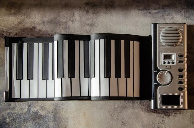 Tastiera per pianoforte elettronica pieghevole portatile. pianoforte elettronico flessibile con tasti in silicone.