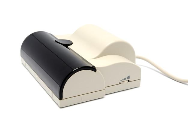 Scanner portatile a portata di mano su sfondo bianco