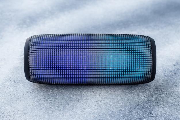 Una colonna di musica portatile su sfondo grigio grunge. sistema sonoro.
