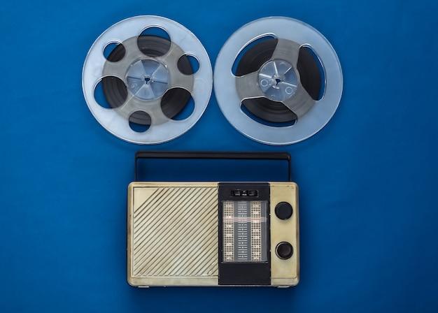 Ricevitore radio portatile e bobina di nastro magnetico audio su classico blu