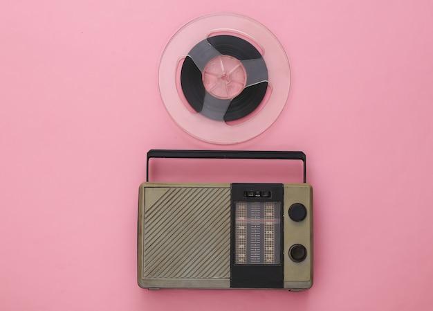 Ricevitore radio portatile e bobina di nastro magnetico audio su rosa
