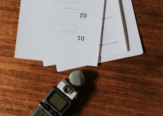 Registratore di suoni portatile su un tavolo di legno
