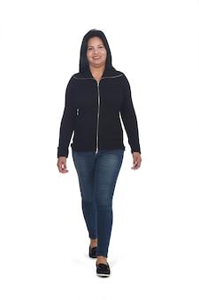 Ritratto di una donna che cammina su sfondo bianco, vista frontale