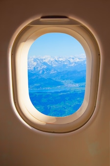Oblò - alpi svizzere attraverso il finestrino laterale dell'aereo