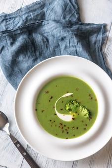 Porzione di zuppa di broccoli