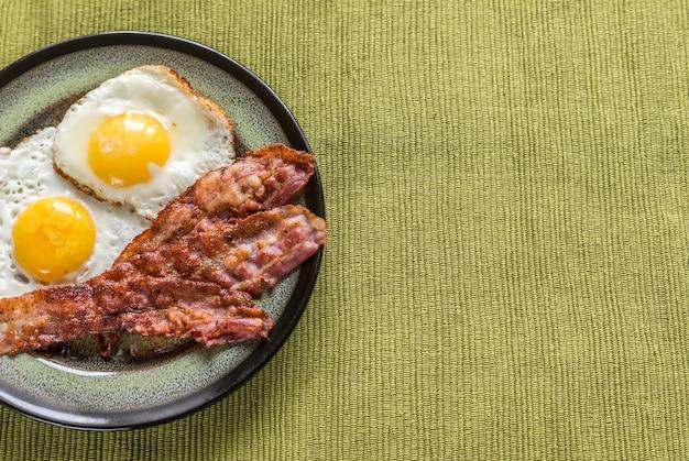 Porzione di uova fritte con pancetta