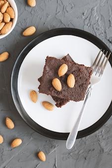 Porzione di torta brownie al cioccolato fatta in casa con noci di mandorle