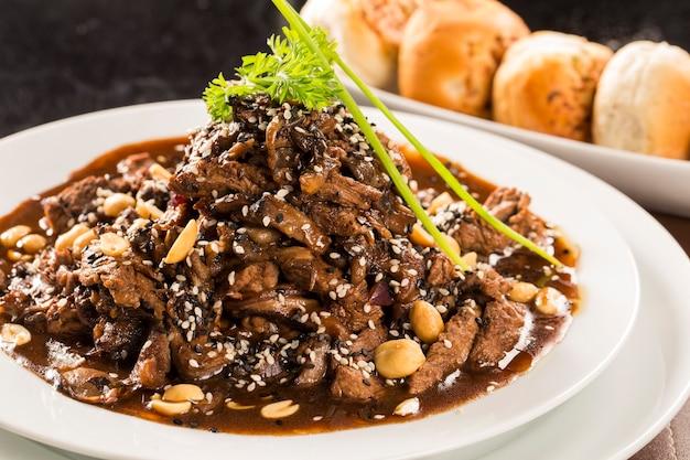 Porzione di carne con salsa di mandorle