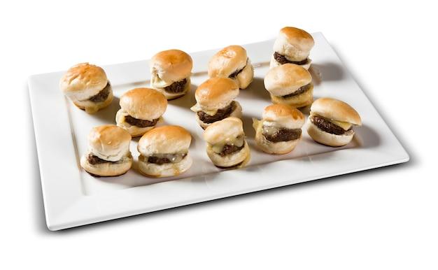 Porzione di mini hamburger con formaggio. spazio bianco.