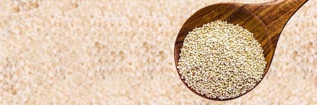 Porzione di quinoa, seme super nutriente, su fondo in legno