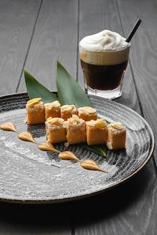 Porzione di sorbetto con noci, caramello e scaglie di arachidi