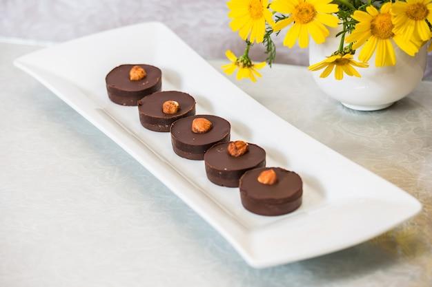 Le piccole torte al cioccolato in porzione sono decorate con noci