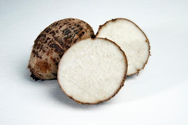 Porzione di taro, noto anche come cara o yam,