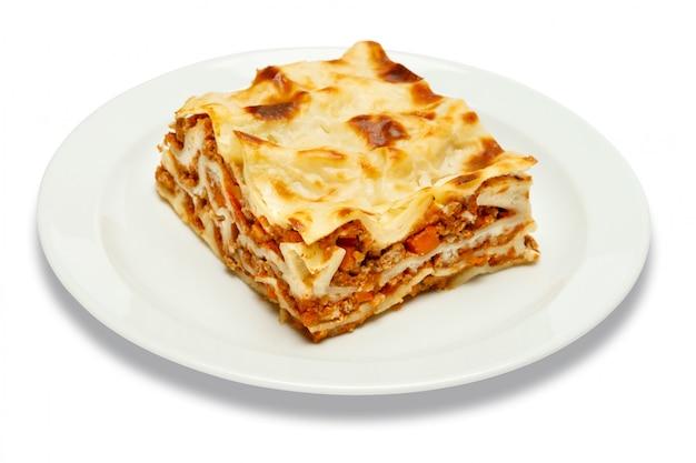 Porzione di lasagne al forno saporite isolate su bianco