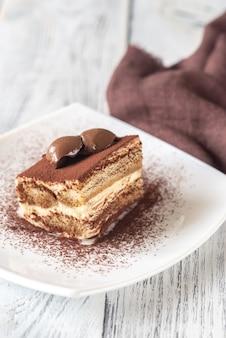 Porzione di tiramisù decorata con dolce al tartufo al cioccolato