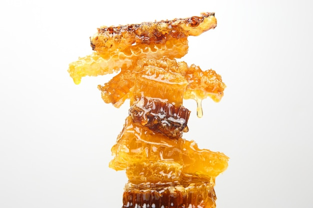 Porzioni di favo fresco su uno sfondo bianco. cibo naturale vitaminico