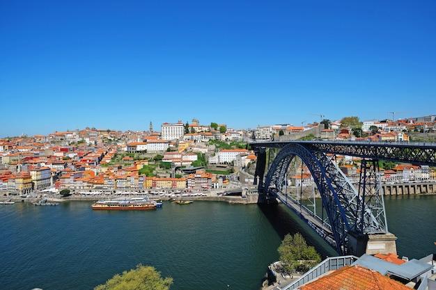 Città vecchia di porto, portogallo, ponte dom luis sul fiume douro.