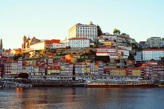 Città vecchia di porto, portogallo sul fiume douro.