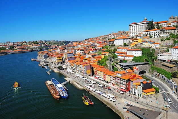 Orizzonte della città vecchia di porto, portogallo dal ponte dom luis sul fiume douro.