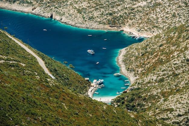 Porto vromi sull'isola di zakinthos.viste dell'isola di zakinthos. le migliori spiagge della grecia. yacht e mare.