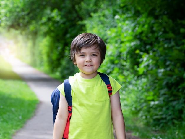Ritratto di 4 anni ragazzo guardando la fotocamera con la faccia sorridente