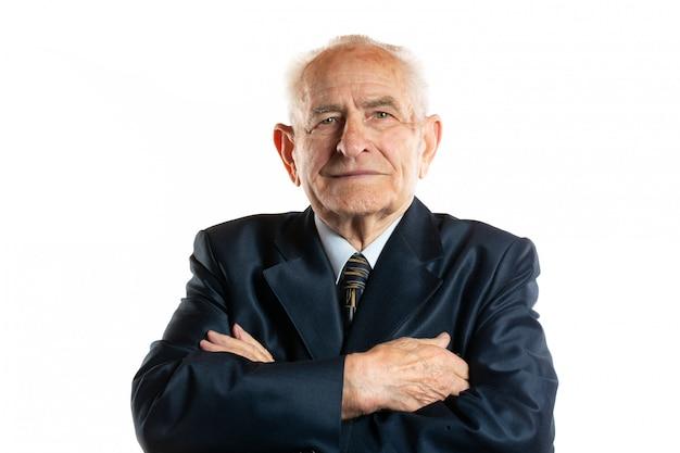Ritratto del ritratto bello serio serio dell'uomo di 90 anni isolato su bianco