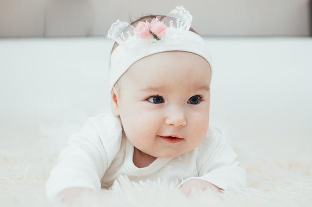Ritratto di una ragazza adorabile sdraiata sul suo ritratto del primo piano del ventre