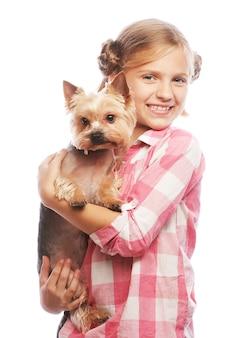 Ritratto di un adorabile giovane ragazza sorridente azienda yorkshire terrier cucciolo