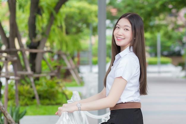 Ritratto di uno studente tailandese adulto in uniforme da studente universitario