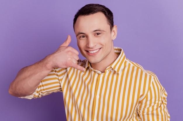Ritratto di uno spettacolo di consiglieri che mi richiama gesto sorriso raggiante a trentadue denti su sfondo viola
