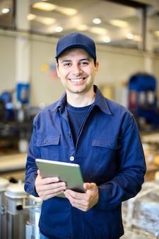 Ritratto di un ingegnere che utilizza un tablet in una struttura