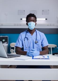 Ritratto di uomo afroamericano con occupazione infermiera
