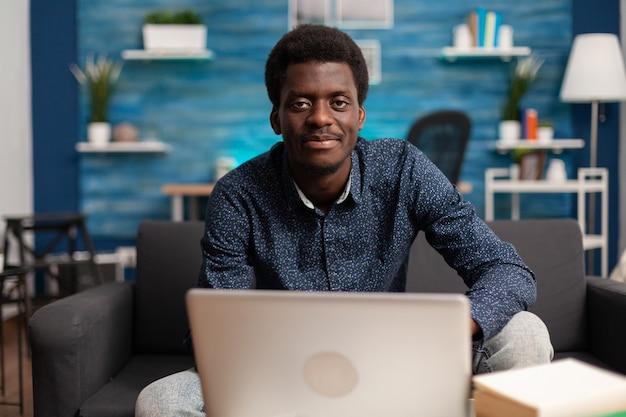 Ritratto di studente afroamericano che lavora alla lezione di gestione online