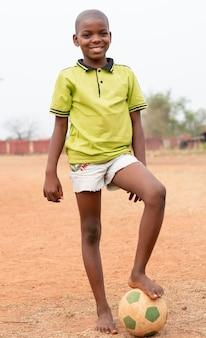Ritratto di bambino africano con pallone da calcio