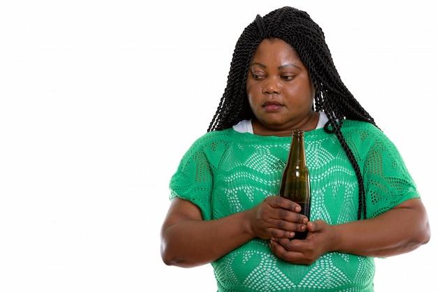 Ritratto di donna africana tenendo la bevanda