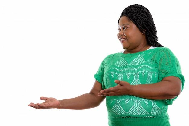 Ritratto di donna africana che mostra lato