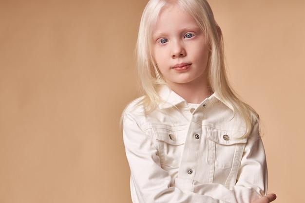 Ritratto di ragazza bambino albino con pelle bianca e capelli bianchi