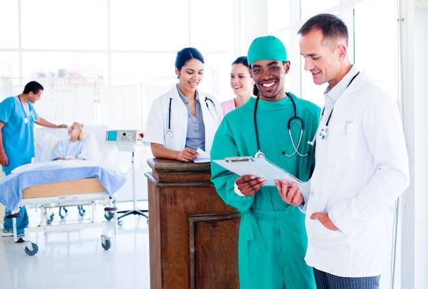 Ritratto di un'ambiziosa equipe medica al lavoro