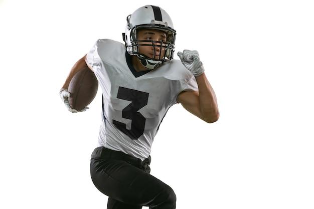 Ritratto del giocatore di football americano in attrezzatura sportiva isolata su white