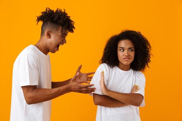 Ritratto di una coppia africana arrabbiata in piedi