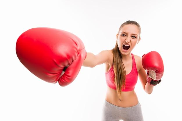 Un ritratto di ragazza arrabbiata in guantoni da boxe